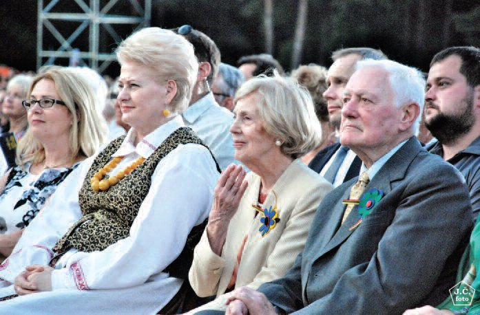 In the audience, Lithuanian president Dalia Grybauskaitė in Lithuanian costume and former President Valdas Adamkus with his wife Alma.