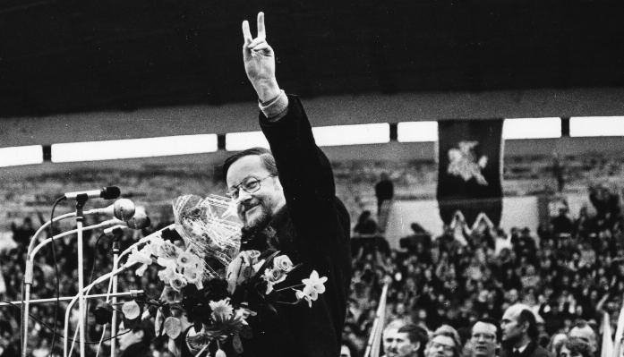 Vytautas Landsbergis flashes a victory sign at Sajūdis rally.