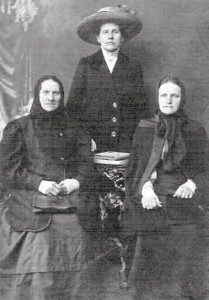 Adam Pazemetsky's mother and sister with unknown relative, in Lithuania