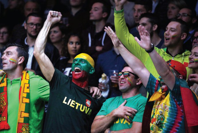 Fans of team Lietuva make their support known. (EPA-ELTA)