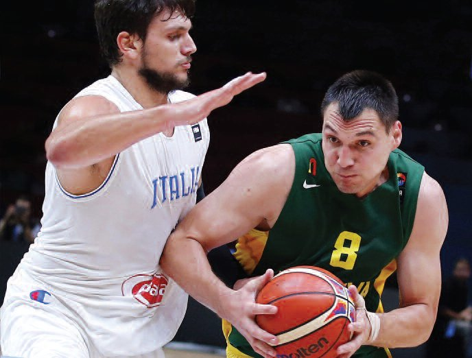Jonas Mačiulis vs. team Italy's Alessandro Gentile. (EPA-ELTA)