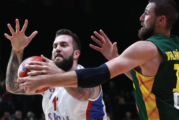 Jonas Valančiūnas going against the Serb Miroslav Raduljica. (EPA-ELTA)