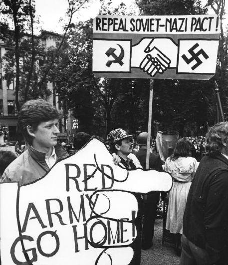 Rally denouncing theMolotov-Ribbentrop Pact of 1939, Vilnius, 1988