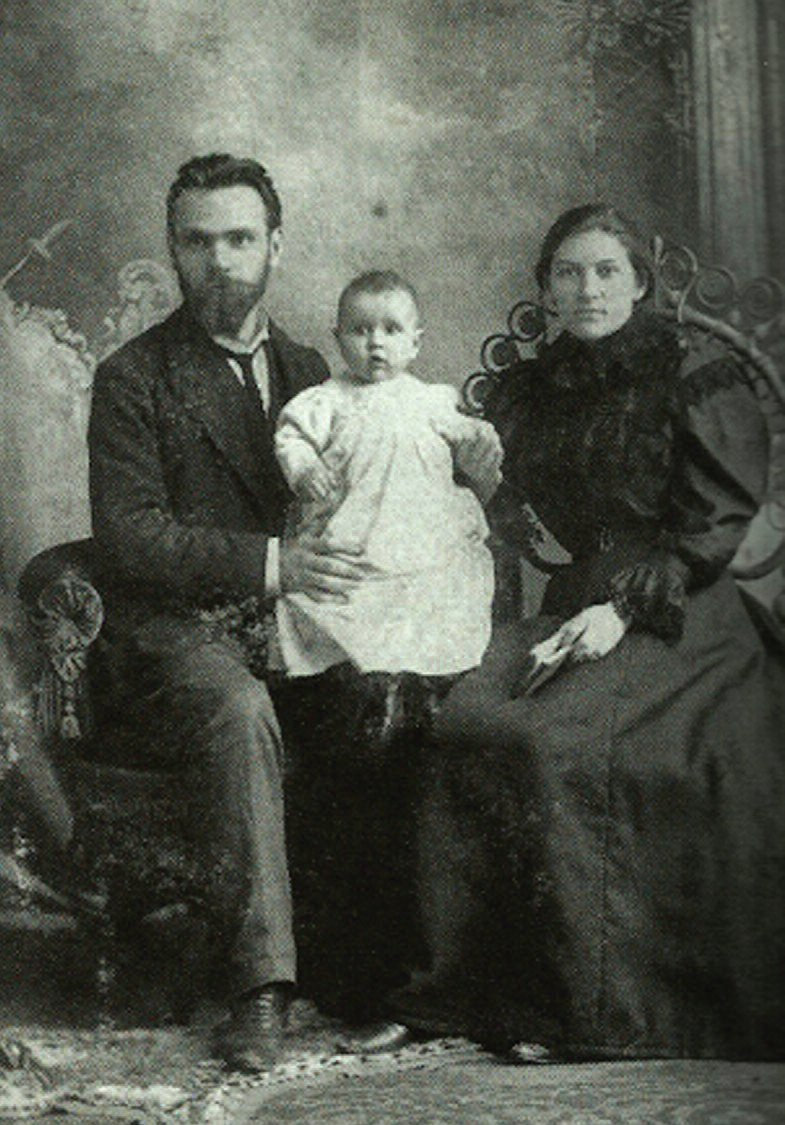 Vytautas, his father Andrius, and mother Uršulė. (Courtesy of AVM School of Management archive)